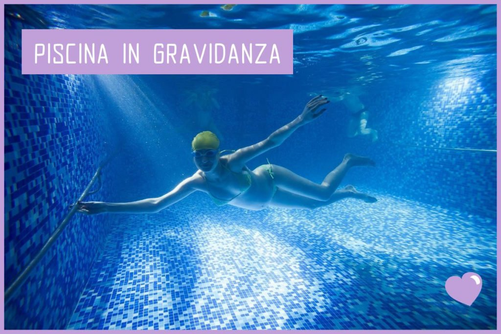 Donna incinta immersa nell'acqua della piscina